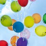 Bunte Luftballlons am Himmel
